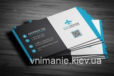 Блок черно-белых картонных визиток на сером фоне